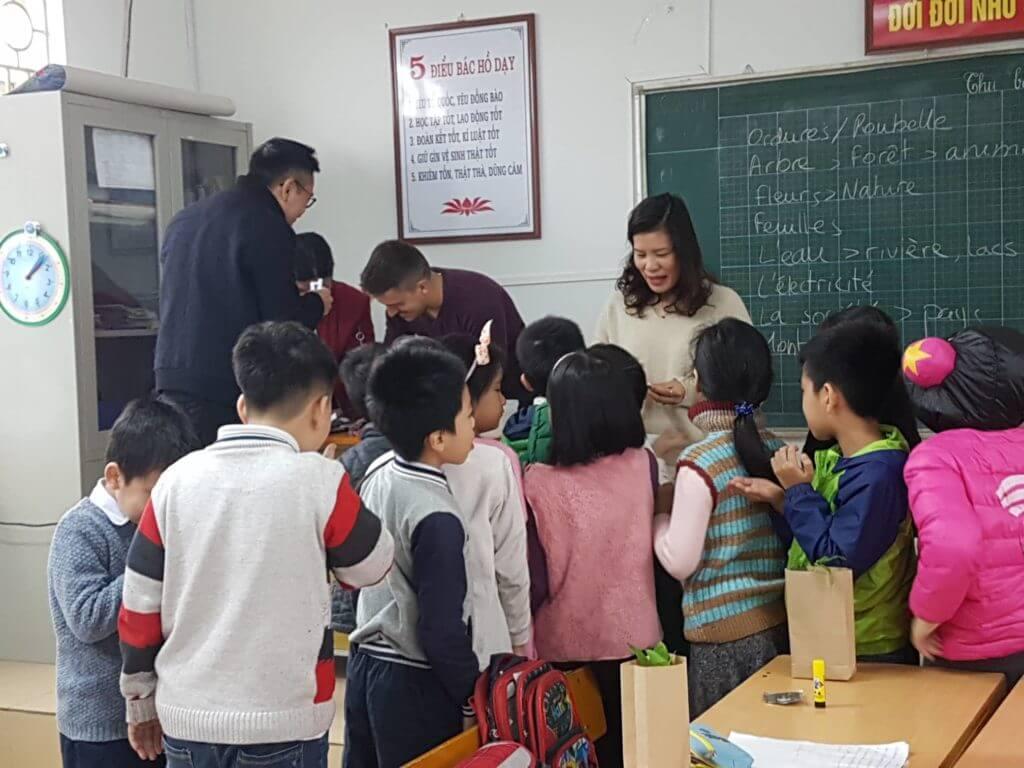 Distribution de graines à semer pour les enfants