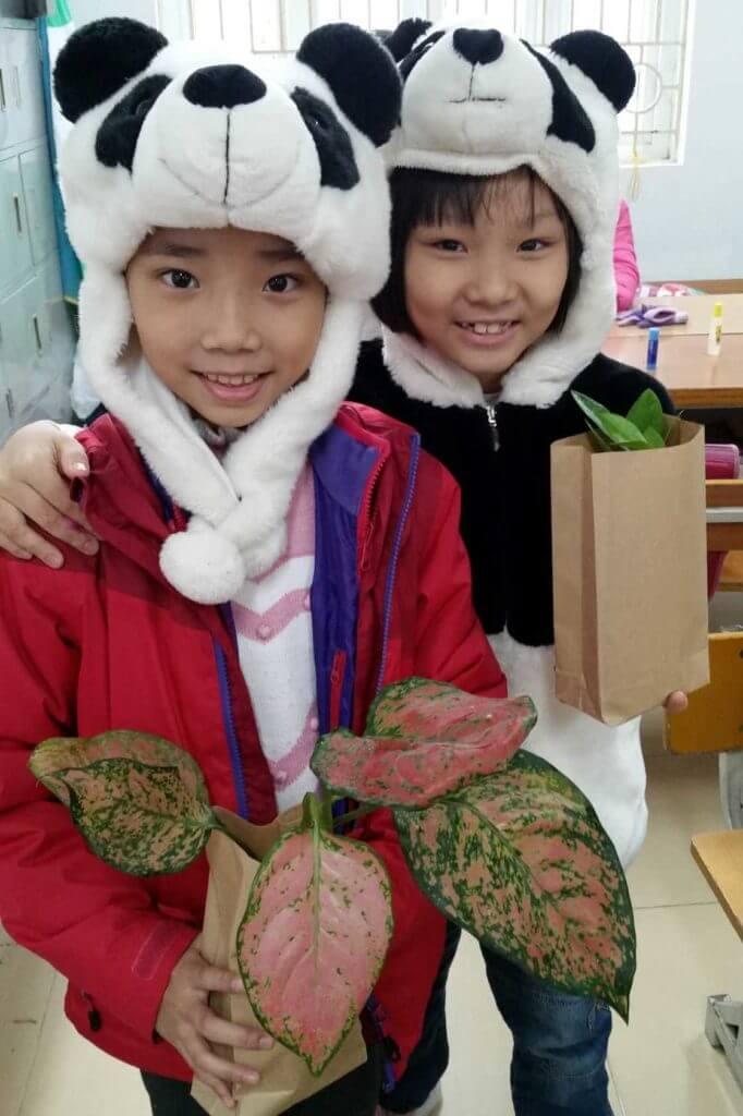 Les enfants sont repartis avec des plantes.